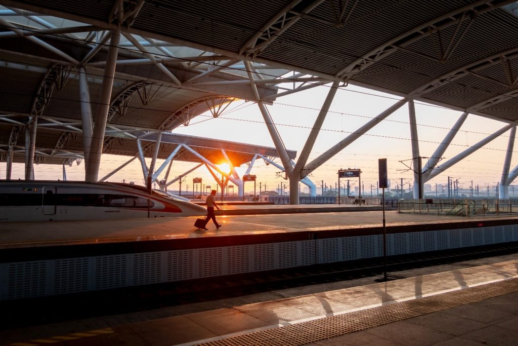 Ein Bild, das Gebäude, Zug, Spur, Bahnhof enthält.  Automatisch generierte Beschreibung